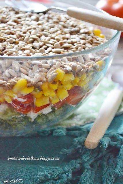 Z miłości do słodkości...: Warstwowa sałatka z brokułem, fetą i słonecznikiem