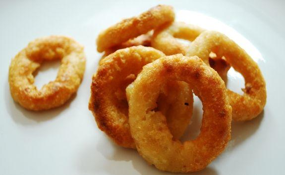 Gli onion rings sono un contorno tipico della cucina americana ma si possono preparare a casa in pochissimo tempo.