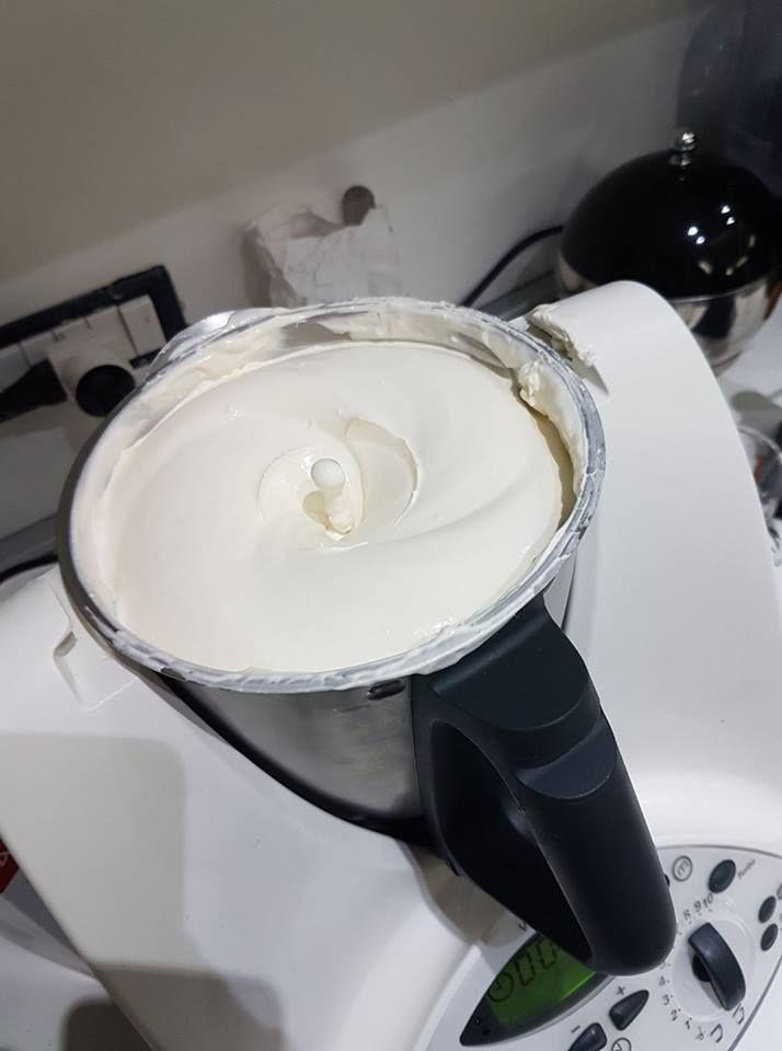 Crema per tiramisù Bimby – dose da 1 kg 4.54 (90.77%) 13 votes La bontà del tiramisù sta tutto nella crema! Per farlo bello ricco ecco la ricetta di Mariagrazia R…buon appetito! 4.3 from 3 reviews Crema per tiramisù Bimby - dose da 1 kg Ingredienti 3 uova 6 cucchiai di zucchero semolato 500 gr …