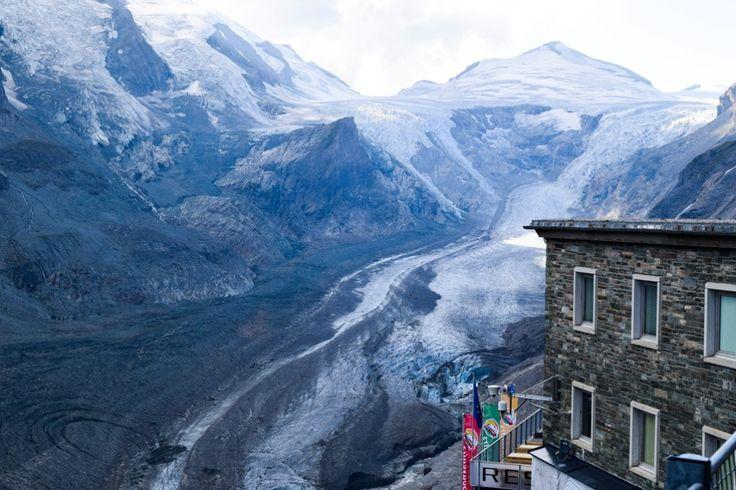 Glockner, Pasterze und Glocknerhaus http://www.travelworldonline.de/traveller/hohe-tauern-mit-dem-auto-glockner-hochalpenstrasse/?utm_content=buffer53ca3&utm_medium=social&utm_source=pinterest.com&utm_campaign=buffer ... #berge #mountains #alpen #alps #panoramastrasse