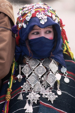 Young Berber Bride-to-Be A young girl in the robes of a prospective bride at a mass Berber engagement festival in Imilchil, Morocco. ID de la fotografía de stock:NW001794