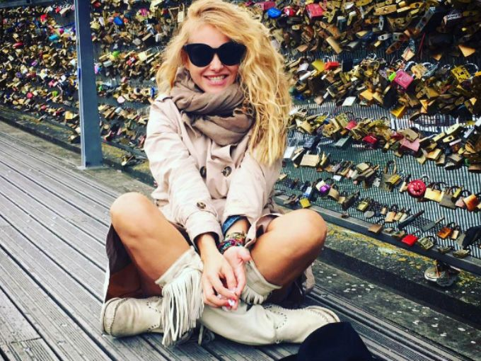 """Paulina Rubio compartió en su cuenta de Instagram una tierna imagen en donde amamanta a su bebé. Así, la """"Chica Dorada"""" se suma a la larga lista de famosas que apoyan la lactancia materna en público.En el texto que acompaña la maternal imagen puede leerse lo feliz que está la cantante en esta etapa:"""