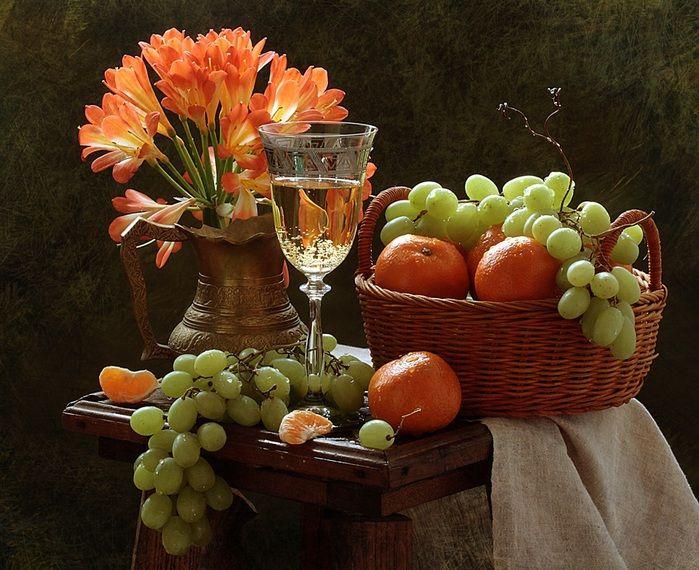 Открытка с вином и фруктами, подруги пьют открытка