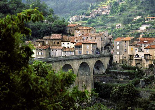 Département peu peuplé, l'Ardèche est connu pour la beauté de ses gorges et sa nature préservée. Elle compte aussi, tout comme l'est de la Drôme, de très beaux villages.