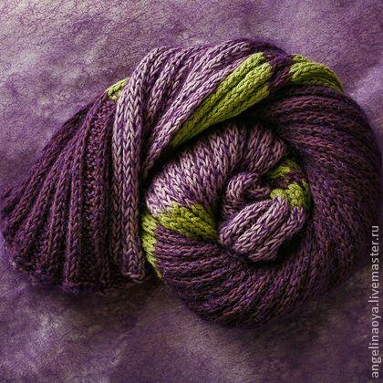 Шарф `Виолетта`. Шарф-фиалка : ) вязаный спицами, из очень мягкой европейской пряжи, лёгкий, тёплый, нежный. Фиолетовые оттенки с салатовым.