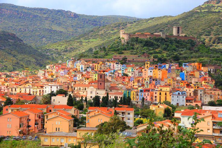 Ci troviamo nelle colline verdeggianti della Planargia, il cui centro principale è la pittoresca cittadina di Bosa, il borgo più bello della Sardegna.