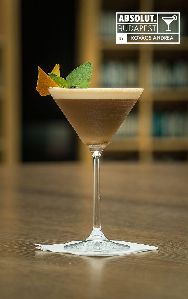 Mint Espresso Martini Hozzávalók:  4 cl Absolut 1.5 cl Branca Menta 4 cl  hideg espresso tejkrém top 2 bárkanál őrölt nádcukor 1.5 cl frissen facsart narancslé 5 cl tej Elkészítése: Az összetevőket shakerben kockajéggel összerázzuk duplán szűrve szervírozzuk, a tejet az őrölt nádcukorral és a friss narancslével egy jéglapát zúzott jéggel elektromos mixer gépben össze elegyítjük, és az így kapott tejkrémet óvatosan az ital tetejére öntjük.