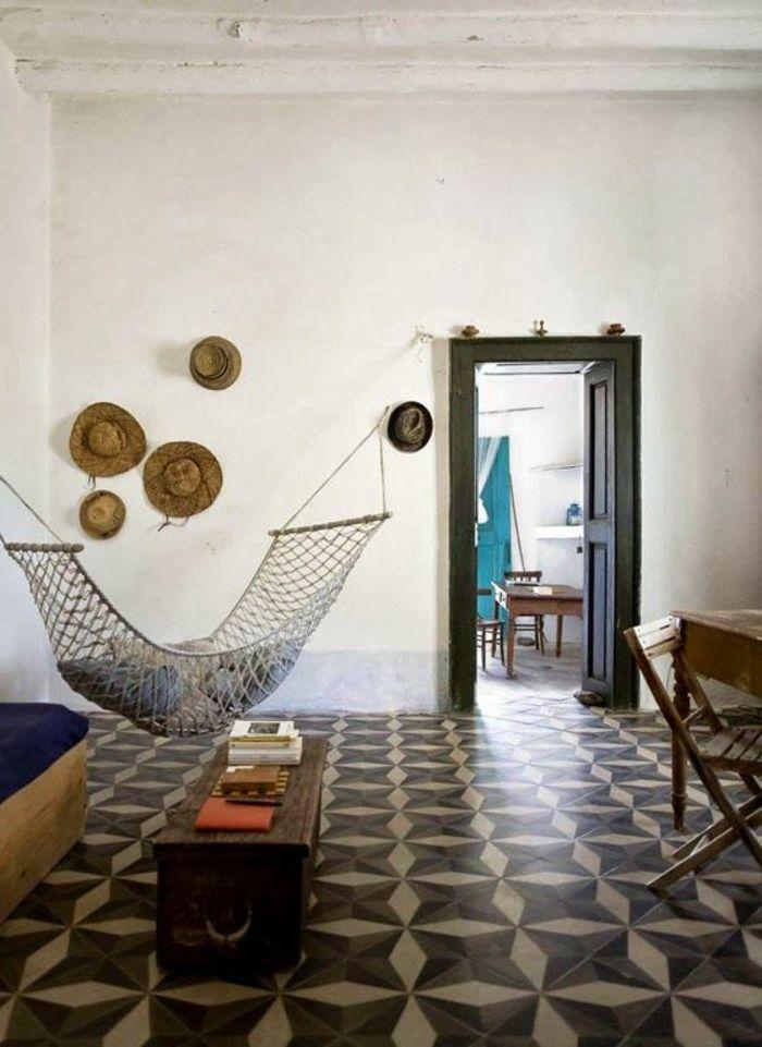 hamac suspendu, sol en carreaux de ciment, chapeaux de paille comme décoration murale