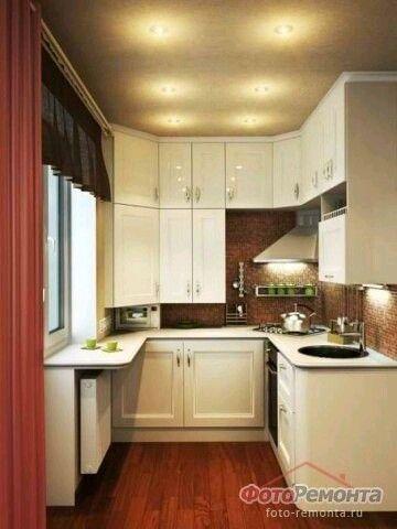 Небольшая кухня. Широкий навесной подоконник вместо стола, вровень с рабочей похерностью