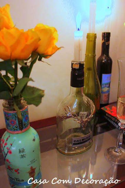 Reciclar garrafas de vinho em castiçais é uma alternativa simples e linda para o seu lar. - via Casa com Decoração