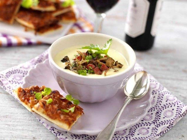 Laga en krämig soppa med lagrad ost och toppa med höstens kantareller och salt sidfläsk! En matig och fantastiskt god soppa!