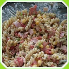 Heerlijke koude pasta salade!  Hiervoor kook je 200 gram macaroni naar keuze. Snijd een paprika op kleine blokjes, de lente uitjes op ringetjes, ham op blokjes,  halveer wat cherry tomaatjes en doe er een klein blikje maïs bij. Dit roer je door elkaar met een grote eetlepel mayonaise en een grote eetlepel crème fraise. Als de pasta na het koken is afgekoeld roer je alles door elkaar.