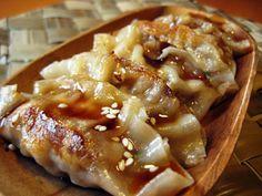 Los gyoza son originariamente un plato chino pero que se ha popularizado muchísimo en Japón convirtiendose en un acompañamiento esencial dentro de la cocina japonesa. Son deliciosas. Para 30 gyoza: *300gr de carne de cerdo o de pollo picada *200gr de gambas crudas *40gr de col china *2 cebolletas en rodajas *1 cucharadita de jengibre fresco *1 huevo ligeramente batido *2 cucharaditas de salsa de soja *1 cucharadita de mirin *1 cucharadita de sake *30 láminas para gyoza *2 cucha...