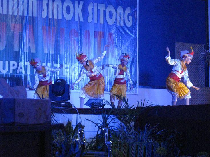 Tradisional dance! Roro ngigel