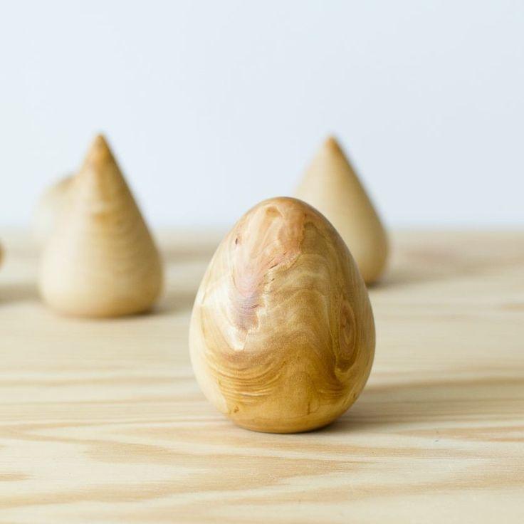 Hand turned, egg shaped wooden sculpture. /Hånddreiet treskulptur.