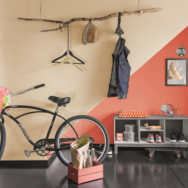 Czasem nieoczywiste przedmioty mogą być pomysłową dekoracją nowoczesnego wnętrza. Tak jak na przykład czekający na kolejny sezon rower  albo pokaźna gałąź, która będzie służyć do powieszenia jesiennych ubrań :)