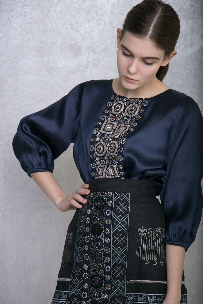 Фартук коллекции Levadnaja Details поверх шелкового платья.