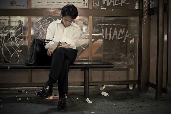 El fotógrafo Adrian Storey capta el momento en que personas comunes y corrientes duermen en calles de Tokio.