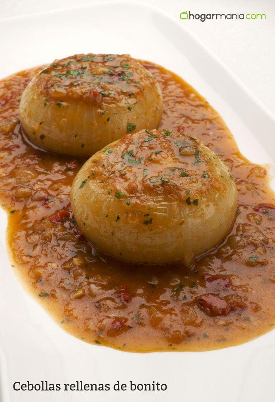Karlos Arguiñano prepara cebollas rellenas de bonito, huevo cocido, pimientos del piquillo y tomate en salsa, un plato tradicional de la cocina asturiana.