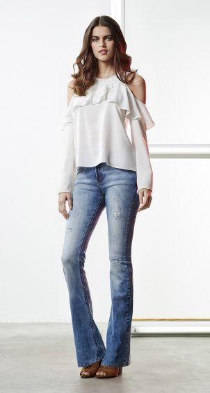 blusa manga comrpida com babados e detalhe na gola com ombro vazado calca jeans flare