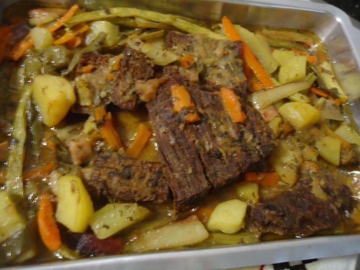 2 batatas médias  - 1 pimentão verde ou vermelho  - Vagem  - 1 cebola  - Orégano  - Azeite  - Cebolinha  - Coentro  - Manteiga  - 1 cenoura grande  - 4 bifes temperados com  - 1/2 limão  - 2 dentes de alho  - Ajinomoto  - Sal  - Grill para carne  -
