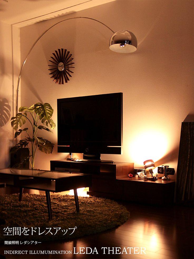 2連のウッドリングとクロームメッキのフレームが高級感を醸し出す「レダ シアター」。シンプルなデザインで色んなテイストの家具とも相性抜群。  おすすめの使い方は、テレビの後ろを照らすシアターライト。テレビの両サイドに置いてテレビの背面を照らせば簡単にシアターライティングの出来上がり。テレビ画面と壁との明度差が少なくなり目に掛かる負担を軽減する効果があります。