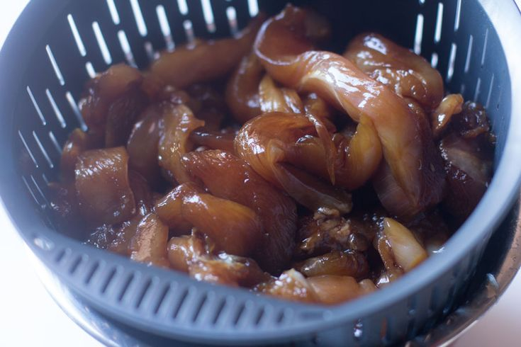 Pollo teriyaki. Receta japonesa con Thermomix El pollo teriyaki es uno de los platos japoneses más conocidos en occidente junto con el sushi. Para hacer el pollo teriyaki podemos comprar directamente la salsa teriyaki o bien prepararla con nuestro Thermomix tal y como aprendimos hace unos días. Si quieres ver cómo la preparamos pincha AQUÍ. …