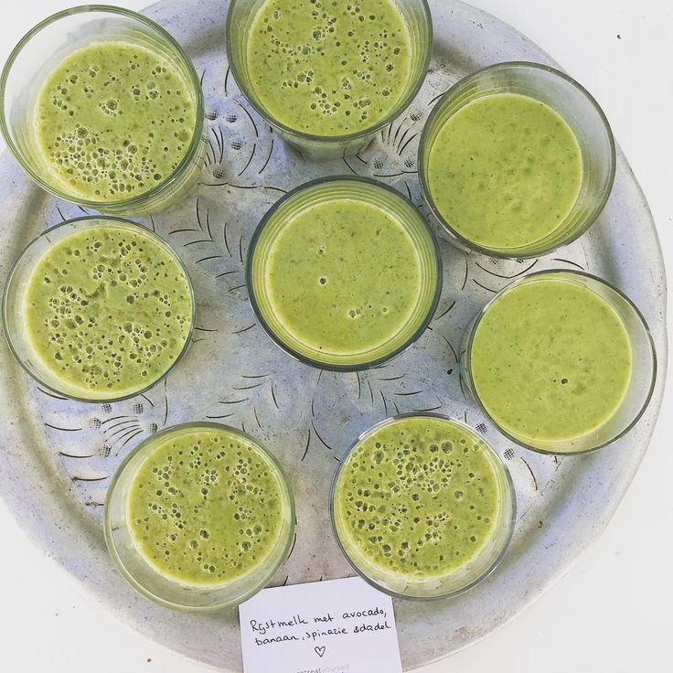 105 vind-ik-leuks, 4 reacties - Retreat Yourself (@retreatyourself) op Instagram: 'After yoga smoothie: rijstmelk met banaan, avocado, spinazie en dadel 💚 . . #smoothie #green #groen…'