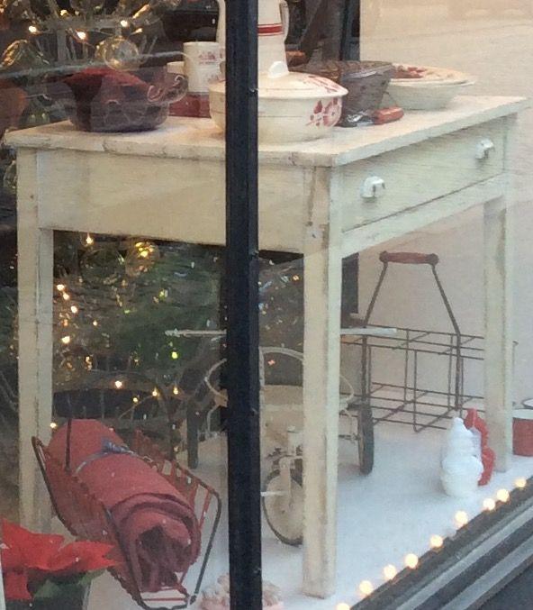 valkoinen 'maalaismainen' puupöytä . kokoleveä vetolaatikko . korkeus 75cm . leveys 96.5cm . syvyys 63cm . @kooPernu