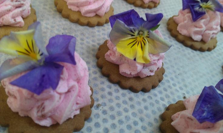 Eetbare viooltjes 2 kleuren op een hapje van aarbeienmousse