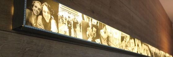 Super gave lichtbak boven de bank met doorzichtige foto's erop. De foto's zijn op doorzichtig plastic gedrukt...