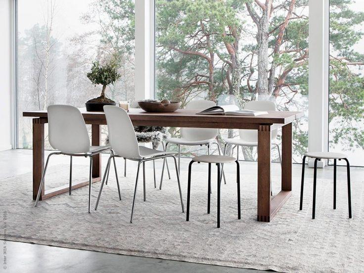 IKEA Livet HemmaGrovt möter stramt och modernt för ett mer levande uttryck. Här har vi kombinerat det robusta träbordet MÖRBYLÅNGA med de moderna LEIFARNE stolarna på kromade underredet BRORINGE.