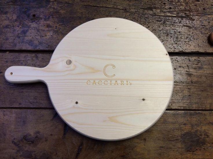 Tagliere Art. P25  Tagliere in legno di abete con manico sagomato per polenta o pizza. Disponibile in molteplici misure. Personalizzabile a fuoco o laser  Dimensioni  P25-250x22 mm P30-300x22 mm P35-350x22 mm P40-400x22 mm P45-450x22 mm P50-500x22 mm P60-600x22 mm - See more at: http://www.spotpromo.it/vendita-prodotti-personalizzati/taglieri-in-legno/tagliere-art-p25.html#sthash.PA3SjzO1.dpuf