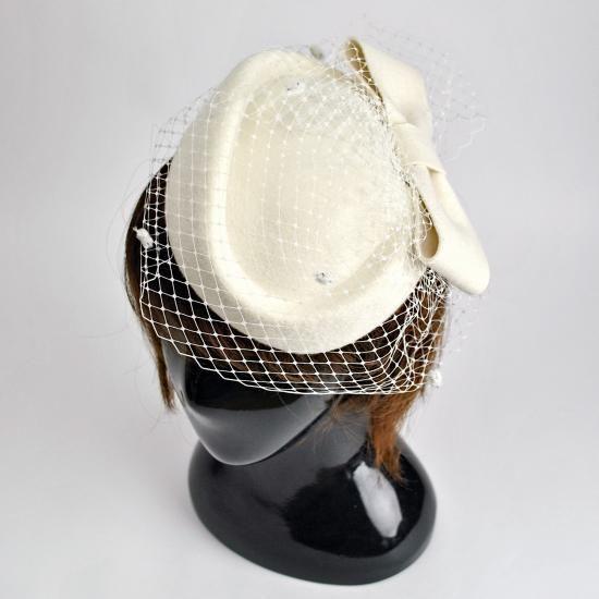やや小ぶりなトーク帽(カクテルハット)