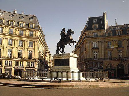 Place des Victoires - consacrée aux victoires de Louis XIV. Paris 2e .
