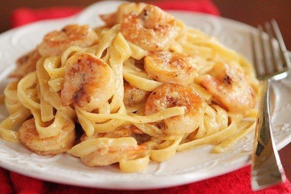 Фото к рецепту: Паста феттучини с креветками.