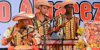 Si los trajes tradicionales de Colombia reflejan una mezcla de las influencias amerindias, españolas, caribeñas y africanas del país, la música de la nación es aún más de una mezcla. La región andina de Colombia alberga a más de 100 grupos indígenas cuya música nativa, utilizada en rituales de curación y magia, ha influido en muchos de los estilos tradicionales de música y danza de Colombia.