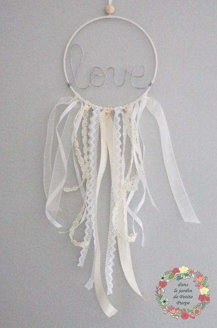Attrape rêves - Capteur de rêves - Dreamcatcher Style boho chic, tons nude, rubans, dentelle, perle, organza. Mot en fil de fer. Déco mariage, salon, chambre.