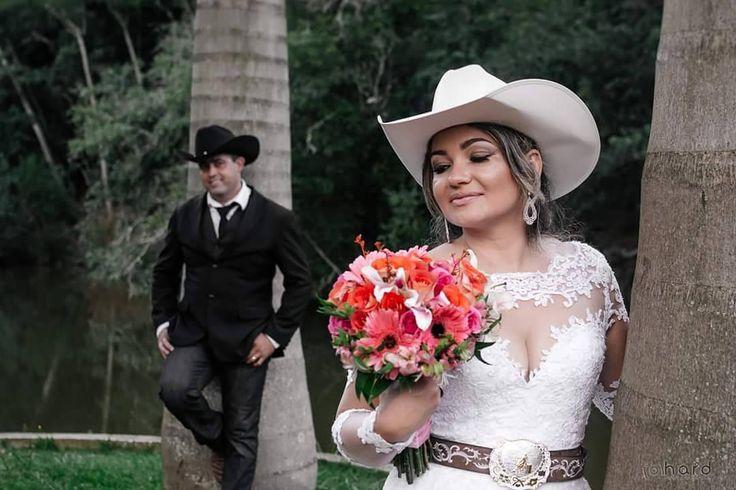 Ele e Ela... #hardphotographia #hard2017 #casamento #noiva #bouquet #vestidodenoiva #vestido #wedding #weddingispiration  #love #bota #hair #bridalhair #weddings #countrywedding #bride #nicejob #makingof #bridal #loveit #lovely #countrystyle #passion #building #dress #bridaldress #country #horse http://gelinshop.com/ipost/1527997170200110331/?code=BU0iVSjlGT7