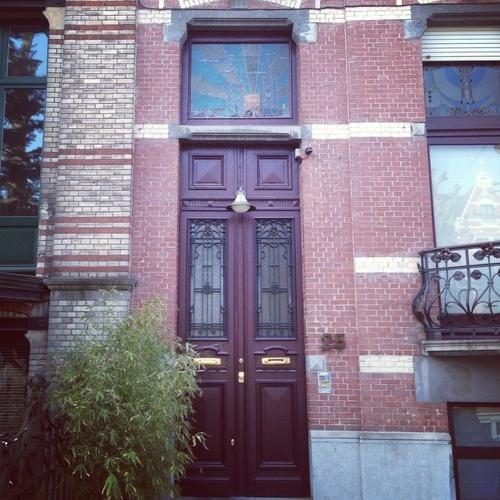 Mooie paarse deur met erboven een glas-in-loodraam (86/365). #gent