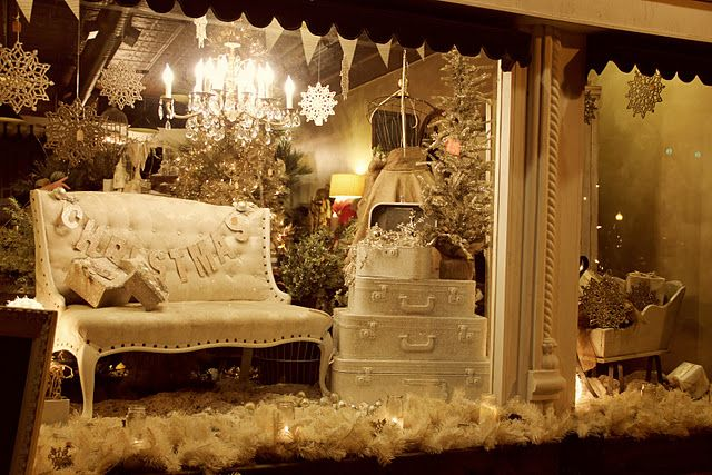 SO many great Christmas decor ideas. I love that everything is covered in glitter!