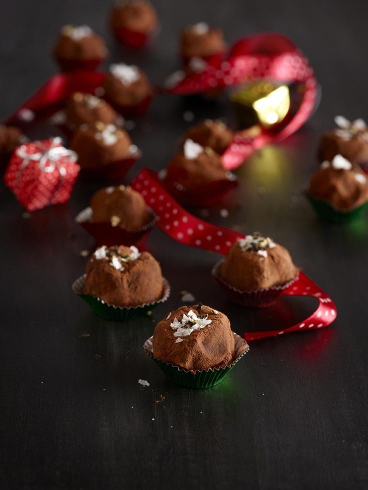 Merisuola-mustapippuritryffelit: http://www.dansukker.fi/fi/resepteja/merisuola-mustapippuritryffelit.aspx Paketoi #tryffelit kauniiseen rasiaan ja anna lahjaksi. Suussa sulavat tryffelit sopivat hyvin vahvan kahvin tai hyvän punaviinin kanssa nautittavaksi. #joululahjaideat #joululahjat