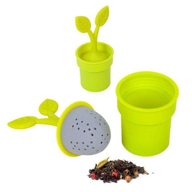 Wykonana z silikonu zaparzaczka do herbaty w kształcie roślinki.