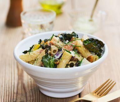 Tortiglioni är en av de många varianter av pasta födda i Neapel. Det är en tubformad pastasort som funkar utmärkt till raffinerade såser – som den här härliga såsen med pesto rosso, yoghurt, curryfrästa morötter och svartkålschips.