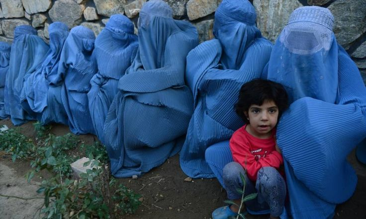 Afegãs esperam a distribuição de alimentos durante o Ramadã, em Herat, no Afeganistão Foto: Aref Karimi / AFP