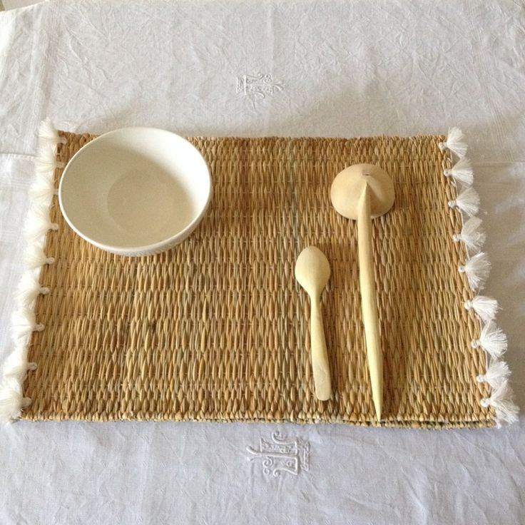 Set de table en osier petits pompons en coton blanc ou for Set de table rotin