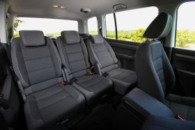 Entièrement rétirés, repliés en portefeuille ou simplement couchés, les sièges arrière proposent trois positions différentes. Et le coffre est immense. - Essai Volkswagen Touran 1.6 TDI 105 Bluemotion - L'argus.fr
