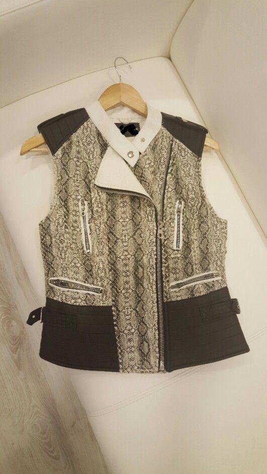 Solo nos queda uno de estos chalecos super elegantes. Quien se lo llevará?? #marsvilleshop #chalecos #beasainmoda