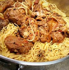 Τα κοκκινιστό μοσχάρι με τα λιγερόκορμα σπαγγέτι είναι ένα ελληνικό παραδοσιακό φαγητό που νομίζω ότι δεν υπάρχει άνθρωπος που να μπορεί να αντισταθεί