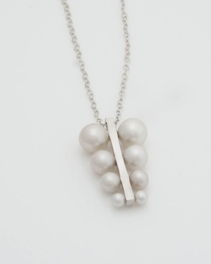 Symmetrical Pearl necklace